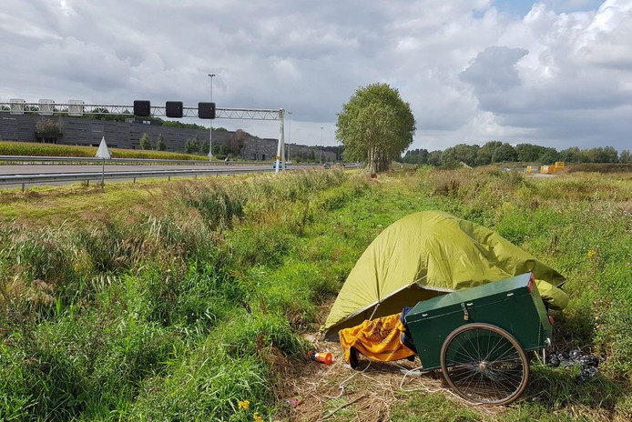 """Het tentje van Reisner langs de A58. ,,Er wordt veel naar mij getoeterd."""""""