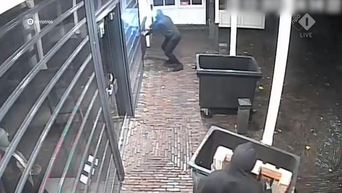 De inbrekers voor de deur van Zoetelief.