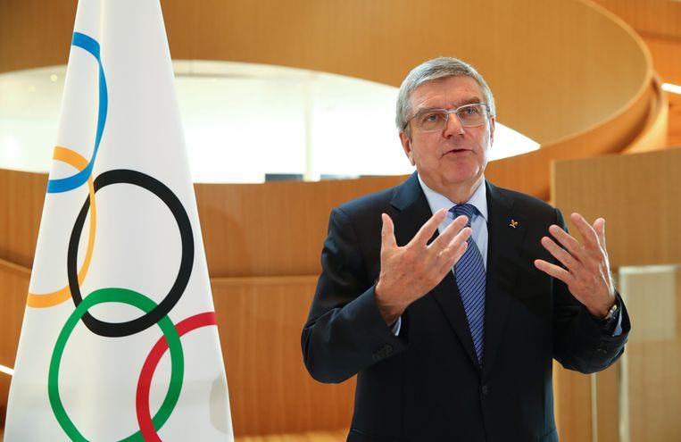 Thomas Bach, voorzitter van het Internationaal Olympisch Comité, licht in Lausanne het besluit toe om de Spelen van Tokio te verplaatsen en de gevolgen daarvan.  Beeld EPA