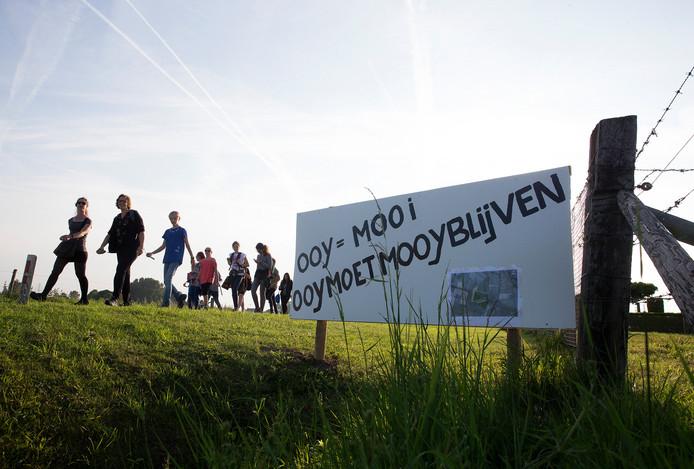 In mei plaatsten buurtbewoners protestborden tegen het plan van Tomorrow Energy om aan de Leuffenseweg in Ooy in een zonneveld te bouwen. Deelnemers aan de vierdaagse passeerden de borden. Foto Theo Kock