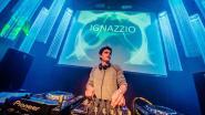 Ignazzio bergt hoofdtelefoon op
