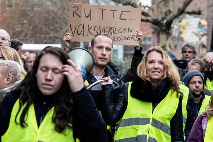 De demonstratie van de Gele Hesjes in Nijmegen op zaterdag 1 december. In het midden (met megafoon) Danny Cornelissen en naast hem Karin de Vocht - vriendin van Henk Kuipers.