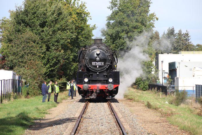 De locomotief met panne van de Veluwsche Stoomtrein Maatschappij.