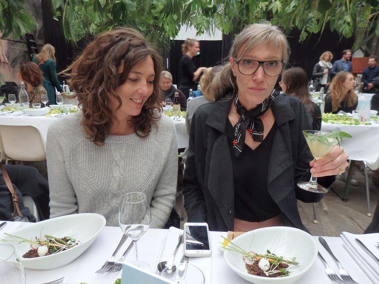 Inge Broere (l) en Judith Baehner van het GroenLab. Baehner: 'Ik denk in planten, in beelden.' Beeld Schuim