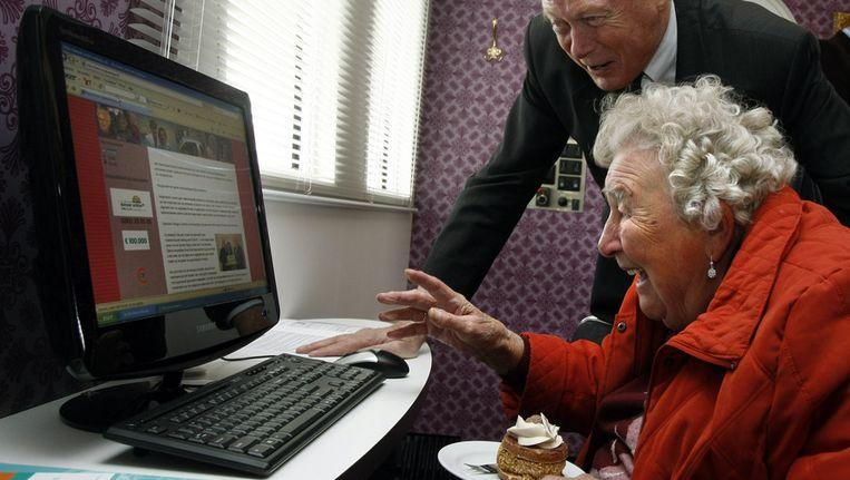 Een bewoner van woonzorgcentrum De Toonladder in Almere krijgen computerles. Beeld null