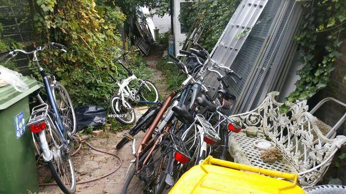 De politie vond onder andere zes fietsen.