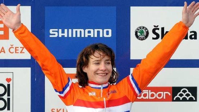 Marianne Vos op het podium na haar overwinning in het Tsjechische Tabor. (EPA) Beeld