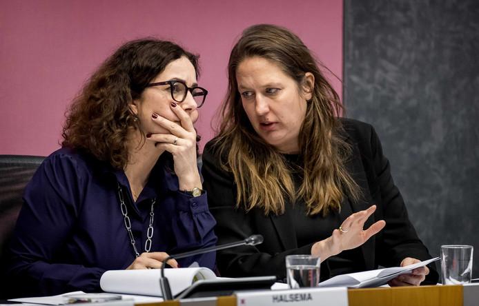 De Amsterdamse onderwijswethouder Marjolein Moorman (rechts), met burgemeester Femke Halsema tijdens een debat in de gemeenteraad.
