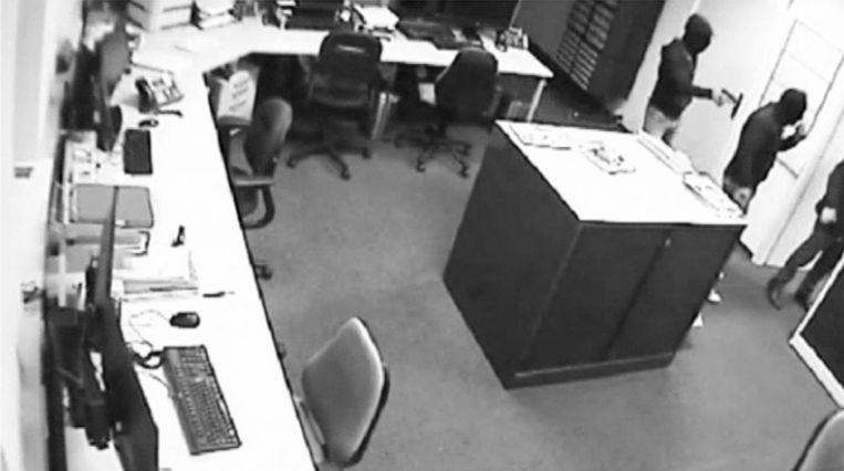 Bewakingsbeelden tonen hoe Mischa van Gelder de 'overvallers' binnenlaat Beeld Opsporing Verzocht