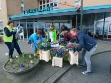 Dennis brengt honderden bossen bloemen langs bij eenzame ouderen