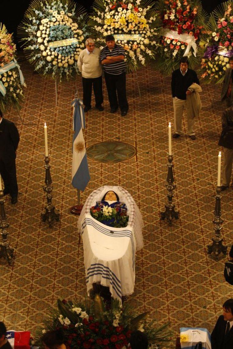 Sosa's lichaam lag vanaf het middaguur opgebaard in de 'Zaal van de Verloren Voetstappen' in het nationale congres, in het centrum van Buenos Aires. Foto EPA Beeld