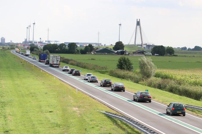Het verkeer voor de Eilandbrug bij Kampen donderdagmiddag.
