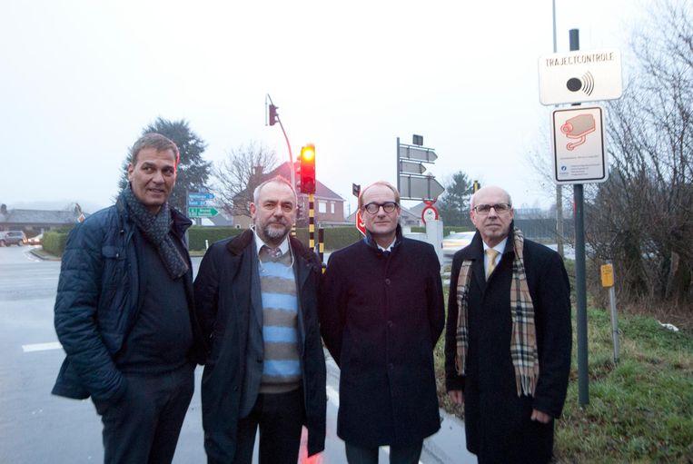 Vlaams parlementslid Andries Gryffroy, burgemeester Johan Van Durme, Minister Ben Weyts en schepen Jan Martens aan de trajectcontrole op de N42.