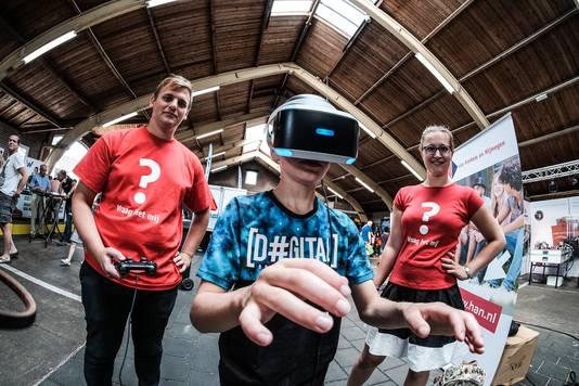 Eén van de kinderen die naar de techniekdag in de Martkhal in Didam is gekomen, test een VR-bril.