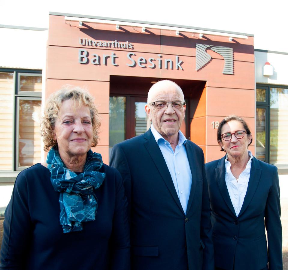 Uitvaartondernemer Bart Sesink, zijn vrouw Ria en en uitvaartverzorgster Ellie Timmermans (rechts).