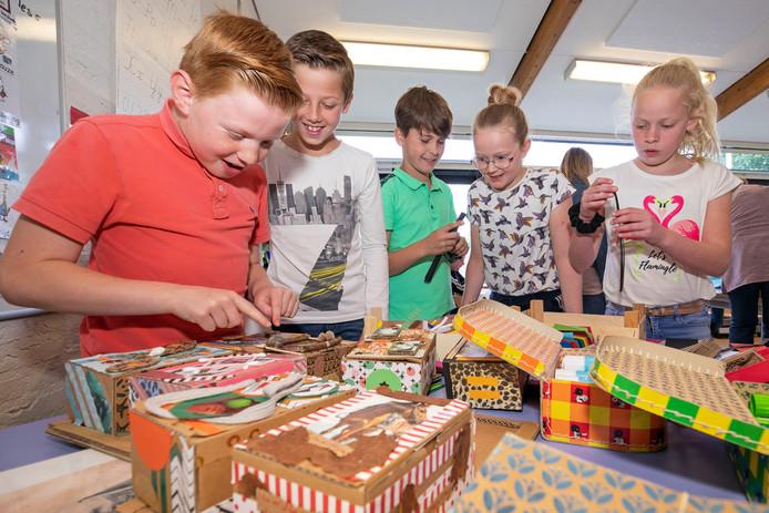 Kinderen van Jenaplanschool De Lispeltuut knutselen aan hun schatkistjes.