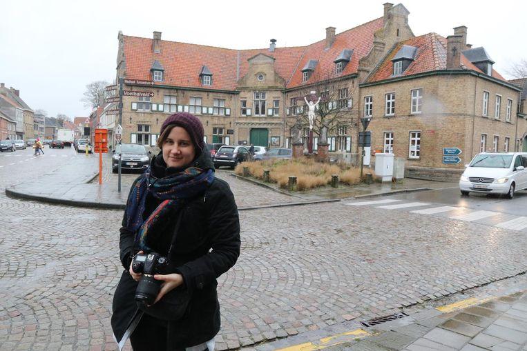 Delphine Vanoverberghe vervolledigt de lijst Onroerend Erfgoed van Ieper en deelgemeenten aan. Achter haar zien we het oud gemeentehuis van Vlamertinge uit 1922.