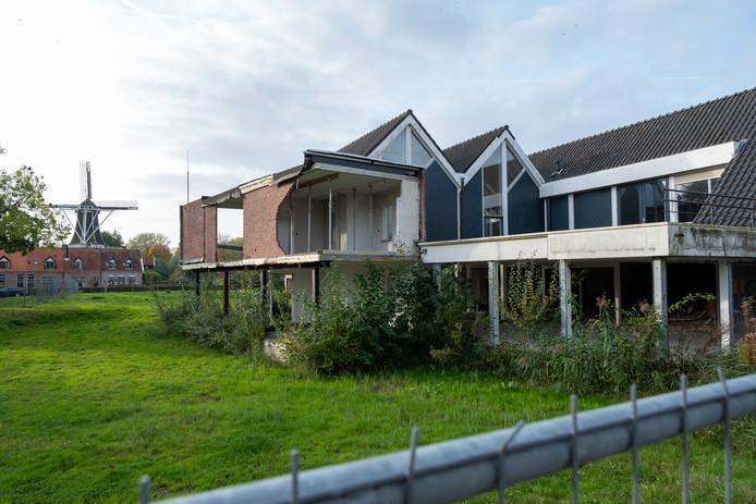 Op deze locatie aan de Hof van Blom moeten 56 nieuwe appartementen gebouwd worden en een nieuwe huisartsenpraktijk.