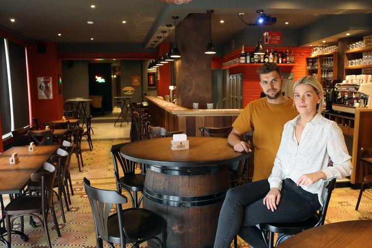 Ken Wouters en Daisy Vermeulen in hun vernieuwde café.