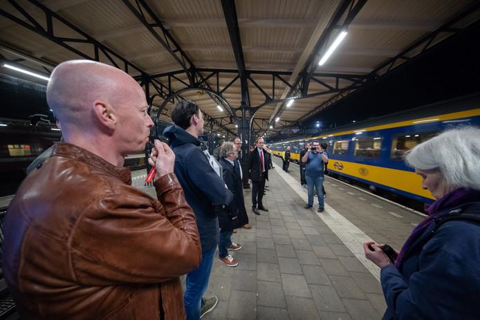 Roosendaalse raadsleden zwaaien de laatste Beneluxtrein uit op 8 april 2018.