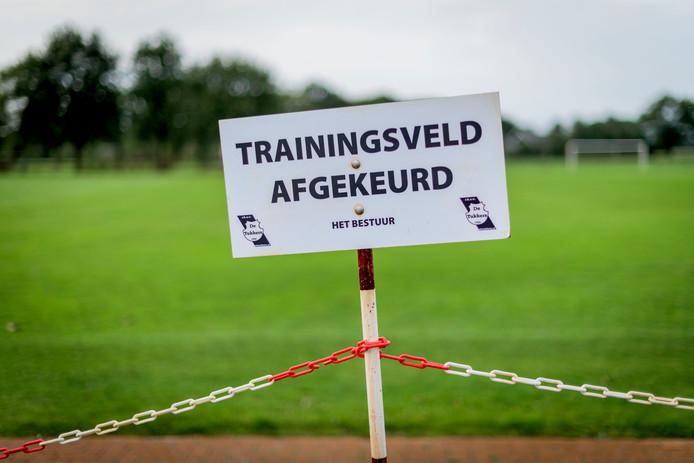 Het veld bij De Tukkers in Albergen: nog onbespeelbaar.