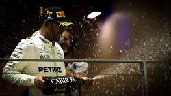Vandoorne boekt met zevende stek in kletsnat en incidentrijk Singapore beste resultaat uit F1-carrière, Hamilton primus