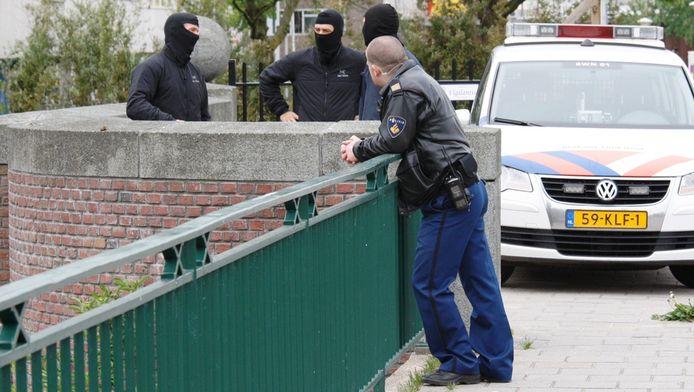 Agenten met bivakmutsen na afloop van de aanhouding van de drie verdachten.