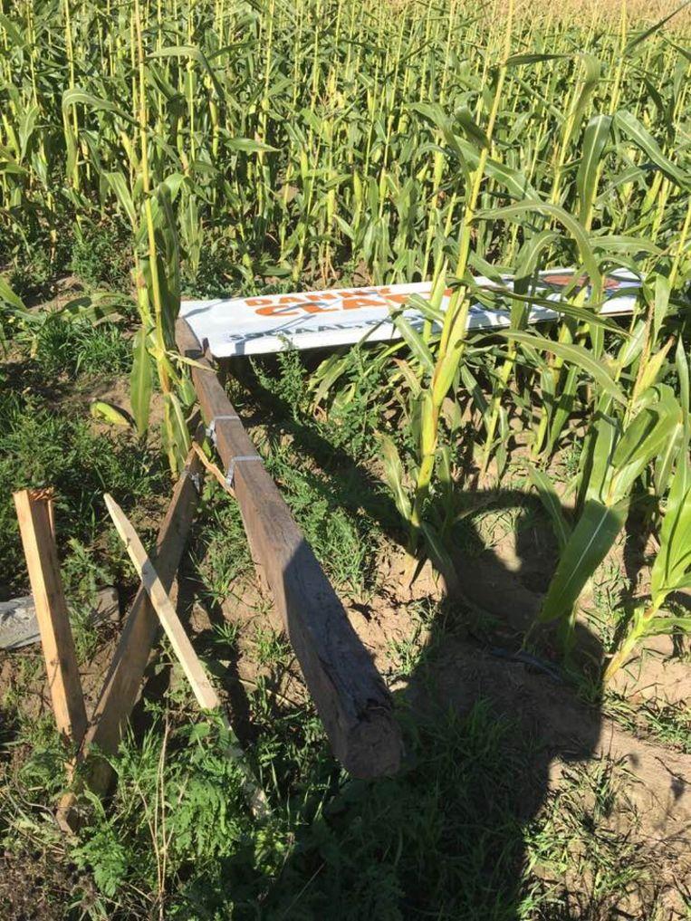 Het bord van Danny Claeys werd afgebroken en in een nabijgelegen maisveld gedumpt.