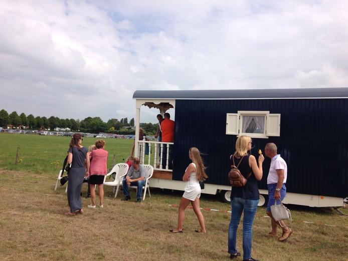 De pipowagen van Joan Dorst trekt veel bekijks in Goedereede.