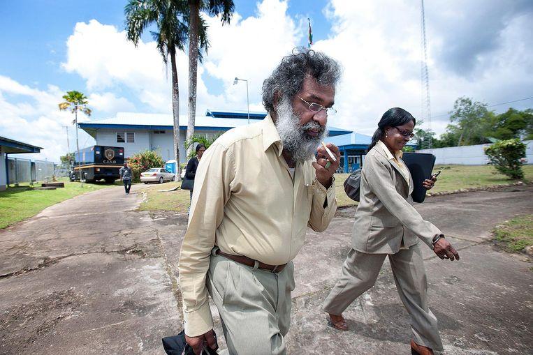 Irwin Kanhai, advocaat van Desi Bouterse, op de marinebasis bij Boxel waar het 8 Decemberproces in 2007 van start ging. Beeld de Volkskrant/ Guus Dubbelman