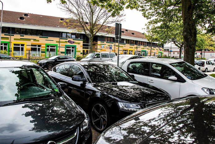 De parkeerdruk is enorm bij de Wateringse basisschool De Hofvilla in de Dr. Schaepmanstraat.