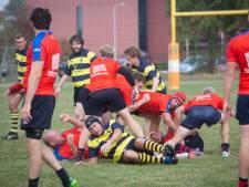 Ambulance haalt Betuwse rugbyer van het veld na ongelukkige val op de nek