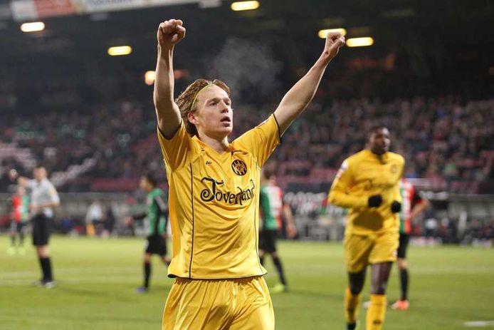 Guus Hupperts viert een doelpunt voor Roda JC.