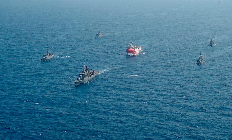 Omgeven door Turkse marineschepen vaart het Turkse onderzoeksschip Oruc Reis ten westen van Antalya in de Middellandse Zee, op 10 augustus. Beeld AP