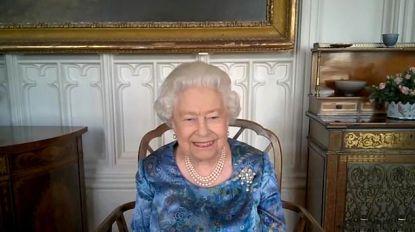 Zo vrolijk zag je haar nog nooit: Britse Queen geamuseerd door verhaal van militair tijdens videochat