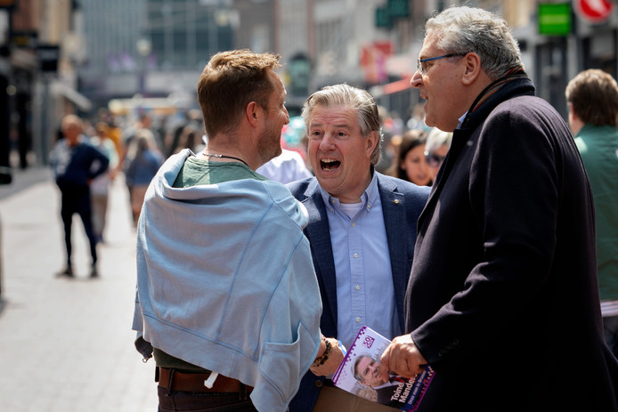 Toine Manders op campagne in Eindhoven.