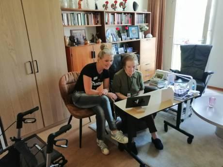 Wethouder in gesprek met eenzame ouderen in Veere: 'Je hoort dat ze het contact missen'