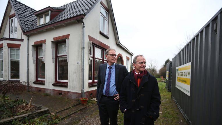 Minister Henk Kamp van Economische Zaken bezoekt in Slochteren een familie die schade heeft door de aardbevingen. Beeld anp