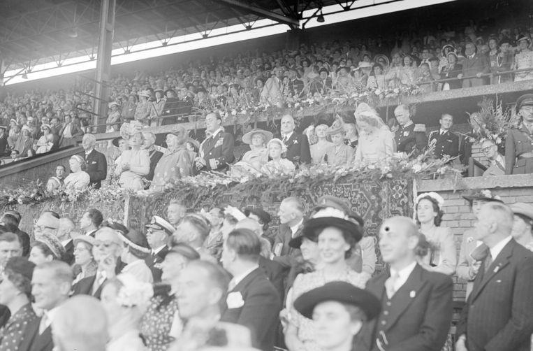 De koninklijke familie in 1948 in de koninklijke loge van het Olympisch Stadion, tijdens de opvoering van het Jubileumspel Beeld ANP