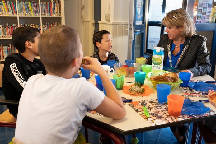 Levi, Ali en Jayden in gesprek met burgemeester Tanja Haseloop tijdens het schoolontbijt op De Wereldweide.