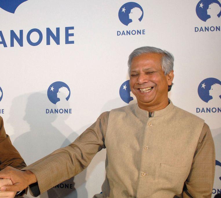 Muhammed Yunus (rechts), de bedenker van de kredieten. Beeld AFP