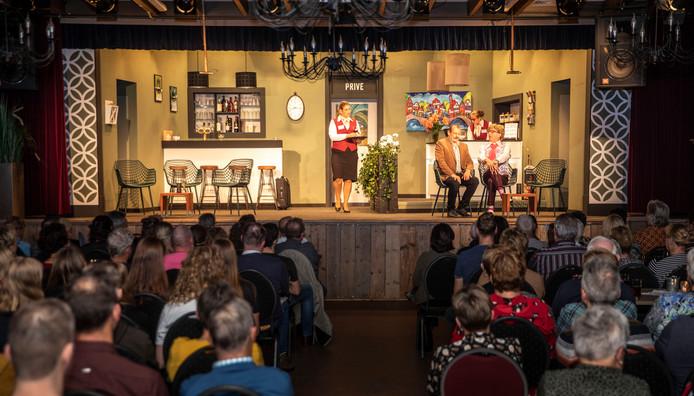 Toneelgroep de Rips brengt de voorstelling 'Wie van de drie'