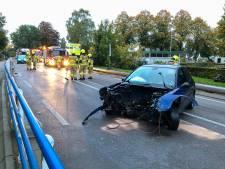 Auto vliegt uit de bocht in Dieren: 18-jarige jongen raakt gewond