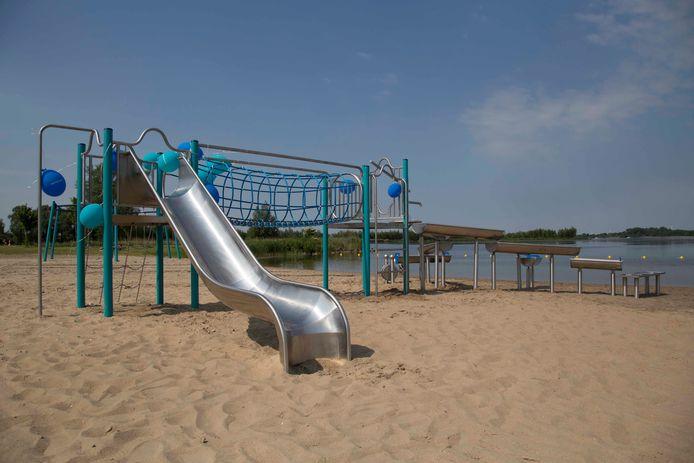 Voorlopig even niet spelen op Strand Nulde, want het terrein is verboden toegang.