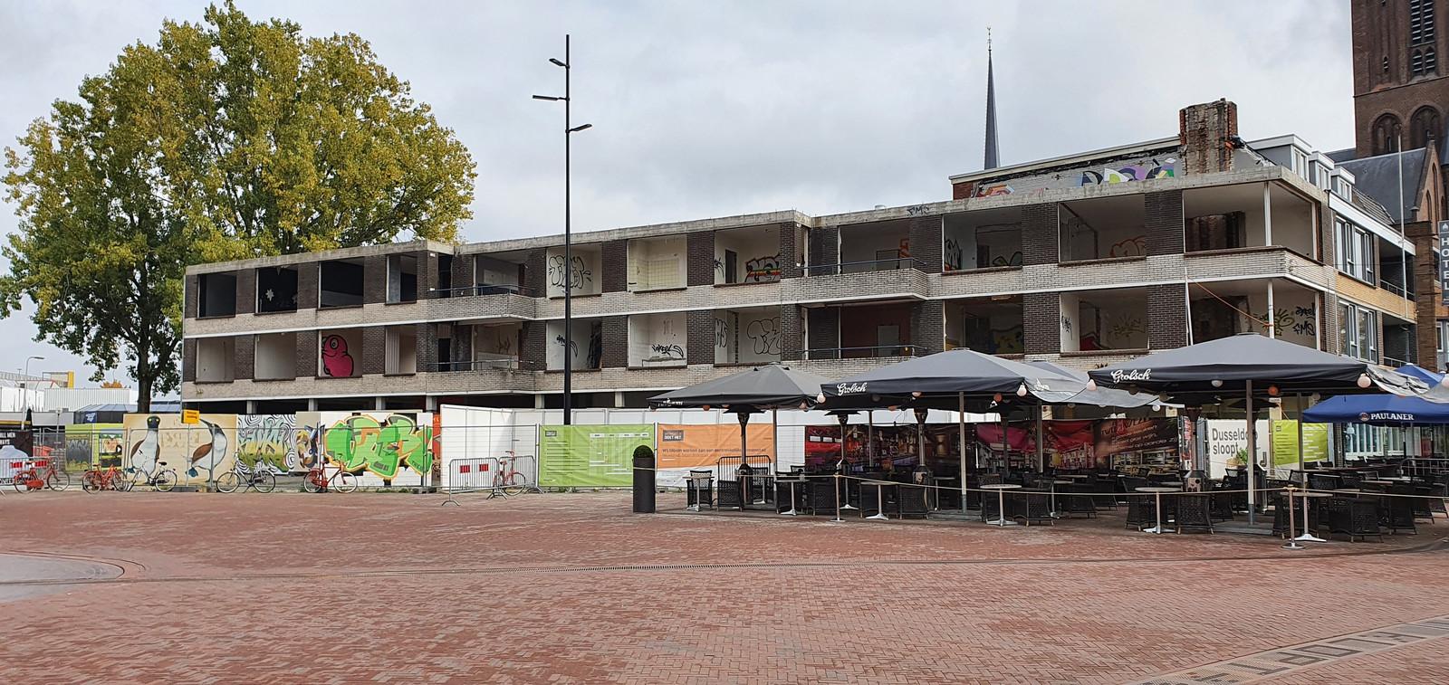 Het Burgemeester Jansenplein met uitzicht op het 'Ebenau-pand' dat moet worden gesloopt. Dat gaat gebeuren in februari 2021.