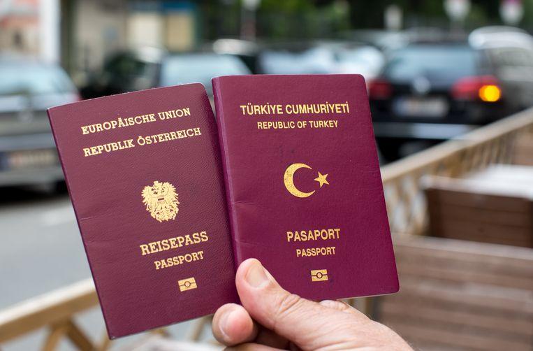 Een Oostenrijks en een Turks paspoort. Beeld RV