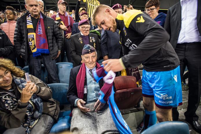 September 2018: Vitesse-aanvoerder Maikel van der Werff verrast Lloyd Bentley met een cadeau tijden het 'Airborne-duel' in stadion Gelredome in Arnhem.