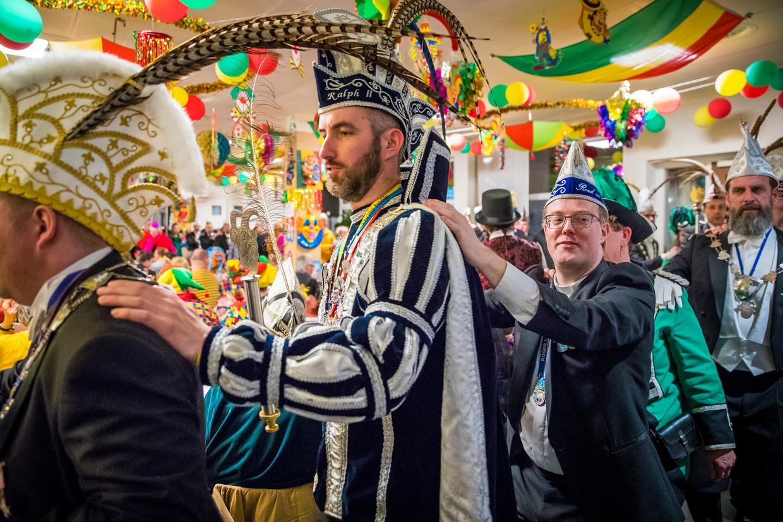 Kapelaan Rick Blom (midden rechts) host mee tijdens een Vastelaovend georganiseerd door carnavalsvereniging de                 Vlavrèters in de Heerlense zorginstelling Mondriaan.