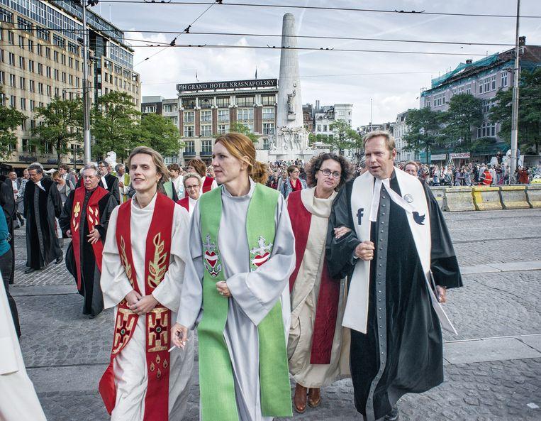 Dominees in toga op de Dam in Amsterdam, ter gelegenheid van landelijke predikantendag op 22 september 2014. Hier waren geen vrijgemaakt-gereformeerden bij aanwezig. Beeld Patrick Post
