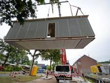 Nieuwe huizen vanuit fabriek met truck naar Enschede-Zuid